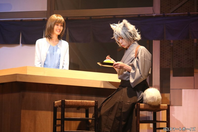 九尾の狐・銀次役の大平峻也さん(写真右)