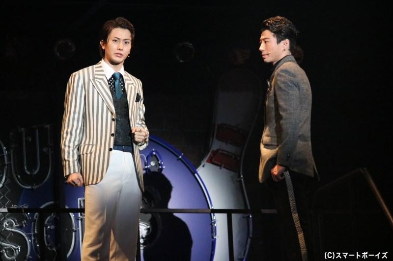 音楽プロデューサー、ボブ・クルー役の太田基裕さん(写真左)