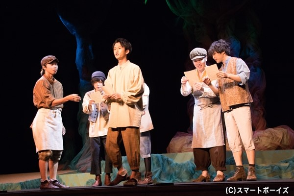 お芝居の稽古に勤しむ大工のクインス(中央手前・KAZKIさん)や機織りのボトム(右端・塩澤英真さん)ら職人たち