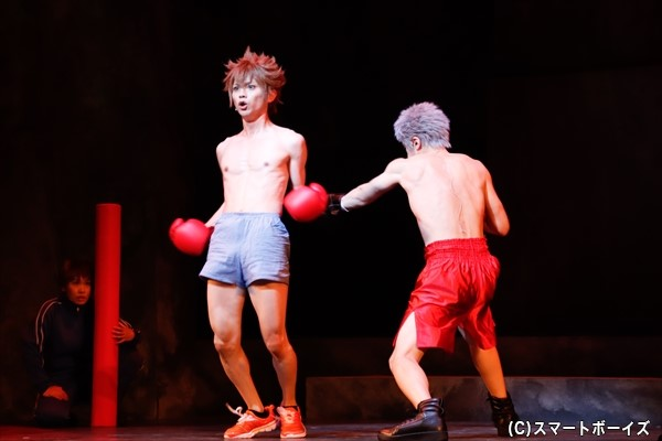 ツナは、ボクシング部主将の笹川了平(右・上杉輝さん)から試合を申し込まれ……