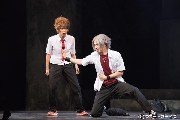 獄寺隼人(右・桑野晃輔さん)は、ツナに付き従うマフィアの一味