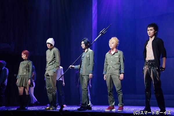 ツナが通う学校の学生達を襲撃する黒曜中の生徒たち(左から、平山りのさん、稲垣成弥さん、和田さん、椎名鯛造さん、川上将大さん)
