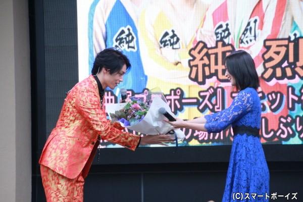 ハリケンジャーの長澤奈央さんから白川さんに花束の贈呈
