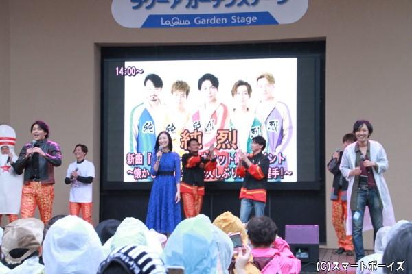 取材に来ていたハリケンイエロー役の山本康平さんが、酒井さんからステージに誘導され、「ハリケンジャー参上」を熱唱!