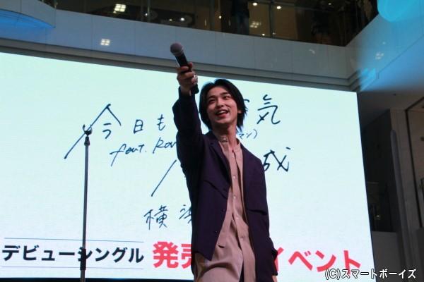2階、3階エリアに集まったファンにもアピールする横浜さん