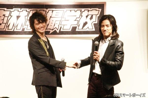 半田さんと村上さんによる固い友情の握手!