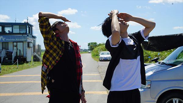 大空を見上げる日向野さん&瀬戸さん。 はたしてスカイダイビングは成功するのか⁈