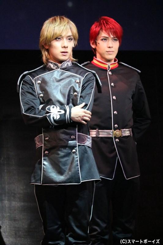 銀河帝国軍として戦果を挙げる、ラインハルト・フォン・ミューゼル/ローエングラム(手前・永田聖一朗さん)