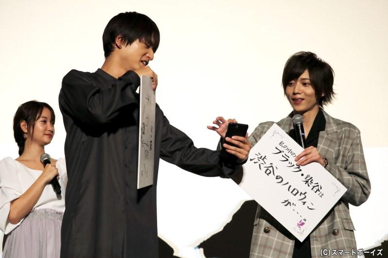 染谷さんのアカウントのフォローボタンを、染谷さん自身に押してもらう中村さん