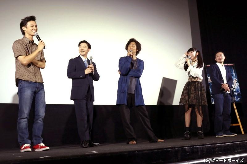舞台挨拶では、男性キャスト陣は劇中キャラクターの姿で登場!