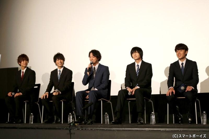 スーツ姿&着席での舞台挨拶は、満席の客席に向かっての面接のよう!?