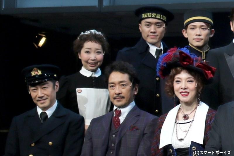 (後列左から)須藤香菜さん、吉田広大さん、百名ヒロキさん (前列左から)津田英佑さん、栗原英雄さん、霧矢大夢さん