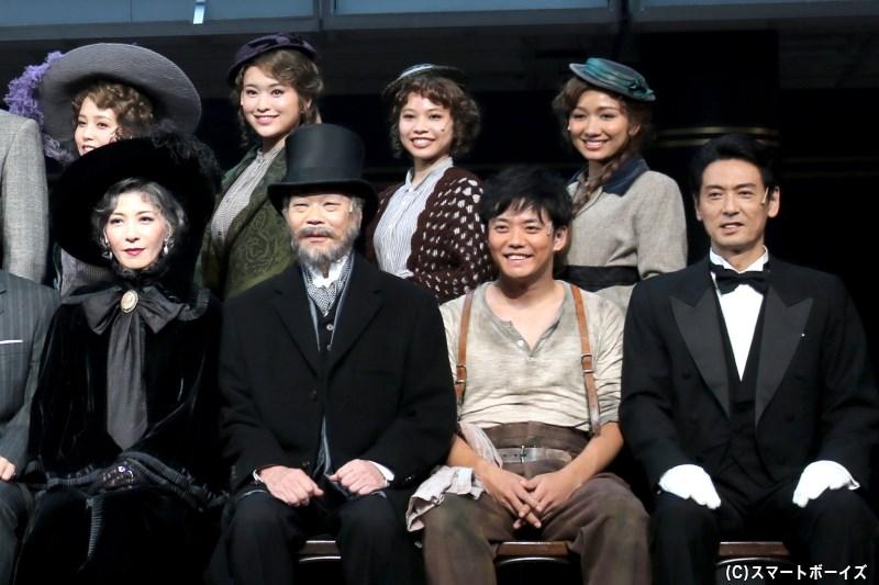 (後列左から)菊地美香さん、小南満佑子さん、屋比久知奈さん、豊原江理佳さん (前列左から)安寿ミラさん、佐山陽規さん、藤岡正明さん、戸井勝海さん
