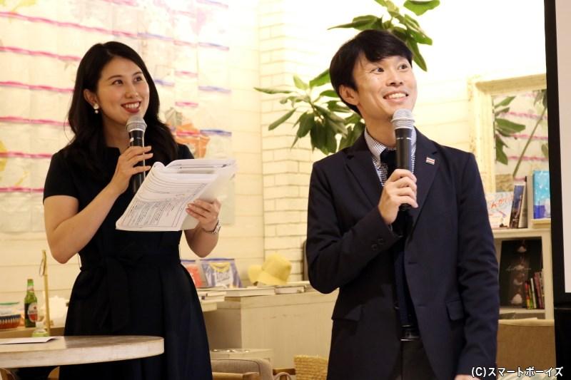 イベントMCの新宮志歩さん(写真左)と、クイズコーナー解説の宮澤光さん(右)