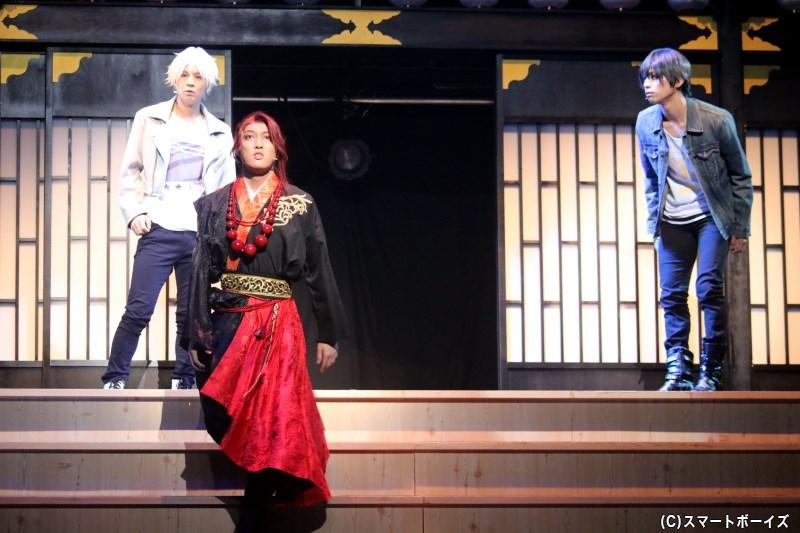 新と葵は、倒れていた青年・小太郎(手前・富永勇也さん)を助けようとするが……