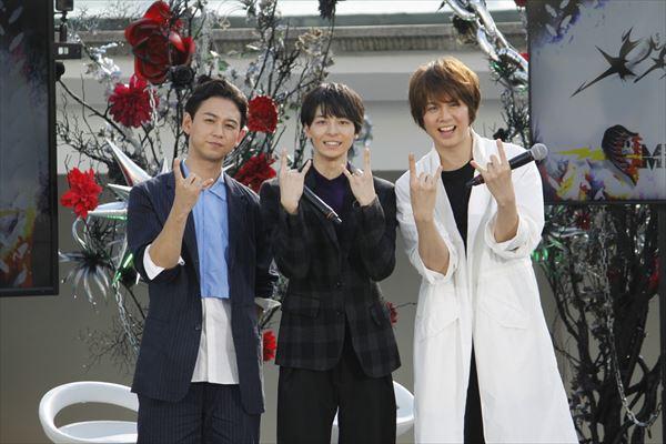 (左)柳下大(中央)高杉真宙(右)浦井健治 取材に集まったカメラマンへ向けて、メタルポーズ!