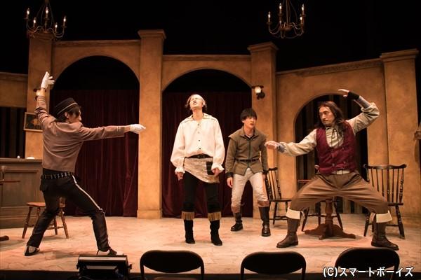 3人を三銃士だと信じ込むベルボーイは、マルセルから剣術の指導を受ける