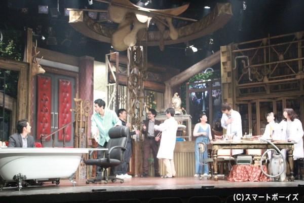 """演劇集団Z-Lionといえば、豪華なセットも見どころのひとつ。今回の舞台セットも""""凄い""""の一言!"""
