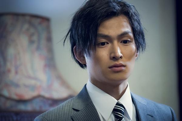 黒ネクタイの男役の松田凌さん