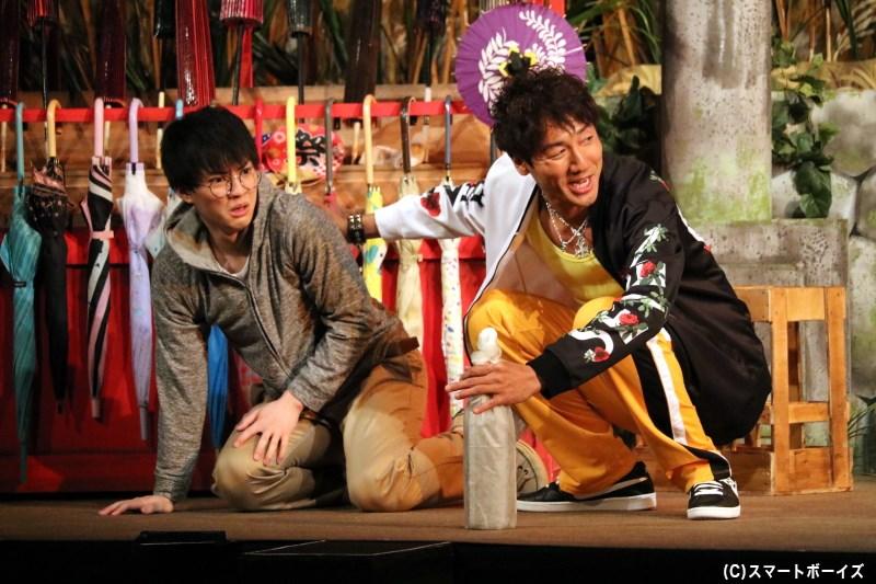 恋園庵に出入りする酒屋の船田くん(左・大薮丘さん)は、神主の敏男(右・弓削智久さん)に虐げられており……