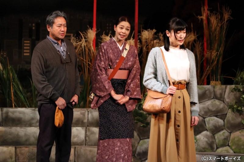 玉枝の娘で巫女の麻衣子(手前・前島亜美さん)は、義父の六郎に反発を見せる