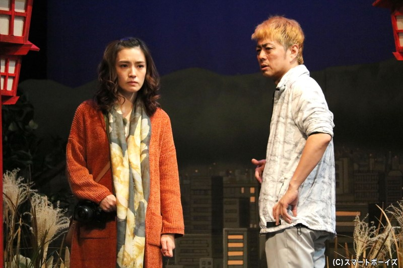 お祭りの屋台を営む清太郎(右・宅間孝行さん)は、恋園神社を訪れた女性・さつき(左・星野真里さん)と出会う
