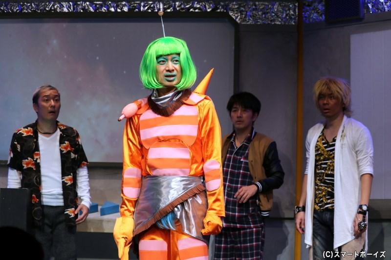 宇宙人(手前・平子悟さん)がUFOで宇宙を旅していた理由とは?