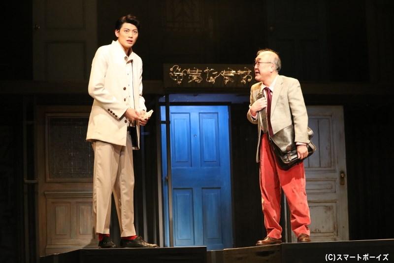 最初に現れた謎の老人(右・温水洋一さん)は、妻・るり子の元へ羽仁男を向かわせる