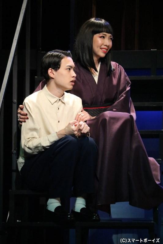 羽仁男が気に入った井上夫人(右・樹里咲穂さん)と薫は、3人で家族のように暮らし始める