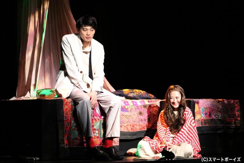 羽仁男は「間貸しする」女・倉本玲子(右・馬渕英里何さん)から、豪邸の離れを借りて暮らし始める
