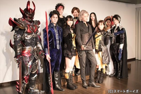 (前列左より)中村誠治郎さん、 伊波杏樹さん、井上正大さん、小田えりなさん(AKB48)、山本一慶 さん (後列左より)影煌騎士・狼是、岩田有弘さん、正木郁さん、松野井雅さん、湯本美咲さん