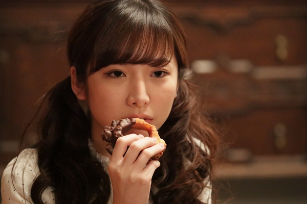 ドーナツを食べる女役の双松桃子さん
