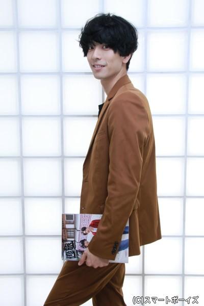 【パンフレットを使っての寸劇(?)ショット①】 クラッチバッグを持つモデルを演じている黒羽さん