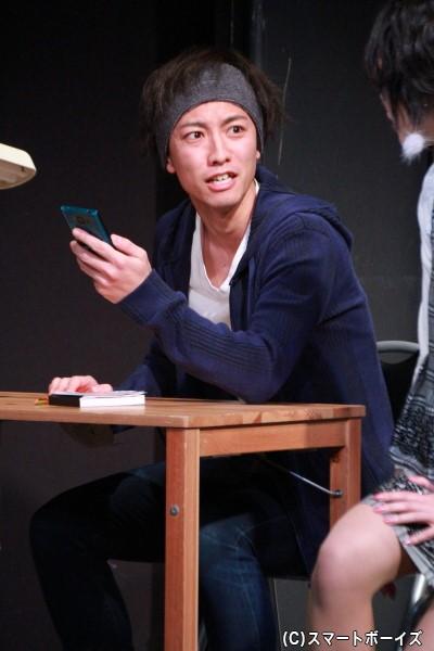 岩佐祐樹さん演じる佐橋俊は、子役出身で現在は劇団「タイガーパンプキン」の新人俳優