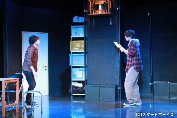 劇団のお手伝いに来た岡本は、誤ってお祓いのお札を剥がしてしまい……
