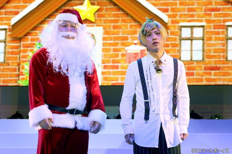 クリスマスを前に、妖精界ではサンタクロース(左・鬼束道歩さん)から中井さん(右・反橋宗一郎さん)はある話を聞き……