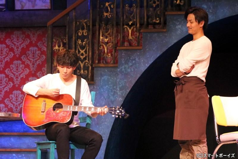 ミュージシャンを志すレオンに、ギターを教える樹