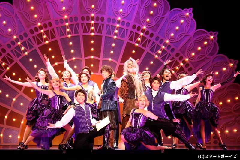 「歌と踊りつきで演じる芝居がヒットする」と聞き、ニックは世界初のミュージカル上演を決意!