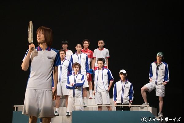 第一試合に挑む不二周助(手前左・皆木一舞さん)を見守る青学(せいがく)チーム