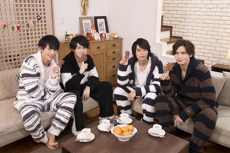 (左から)トークにはパジャマ姿で登場した菊池修司さん、松村龍之介さん、高本 学さん、小波津亜廉さん