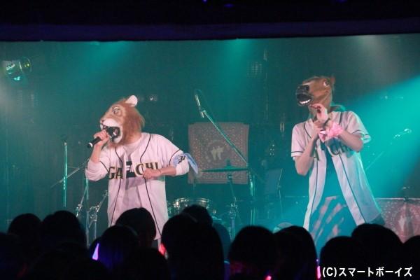 動物のマスクを被って熱唱する2人。さすがに歌いにくかったようです