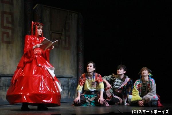 合格を目指し、セリフ読みの練習するトゥーランドットと見守る劇団員たち