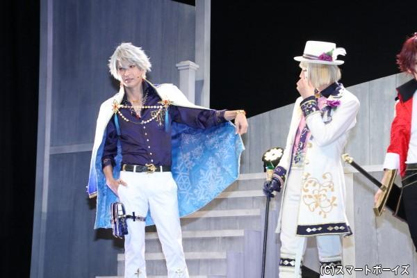 同じ質問に「コートの裏地」と答えた吉岡さんはヒラリとお気に入り部分を披露