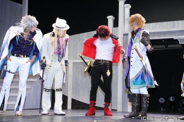 榊原さんも裏地を見せるが特にアピールポイントはなく「これ脱いだら体操服になっちゃうので(苦笑)」