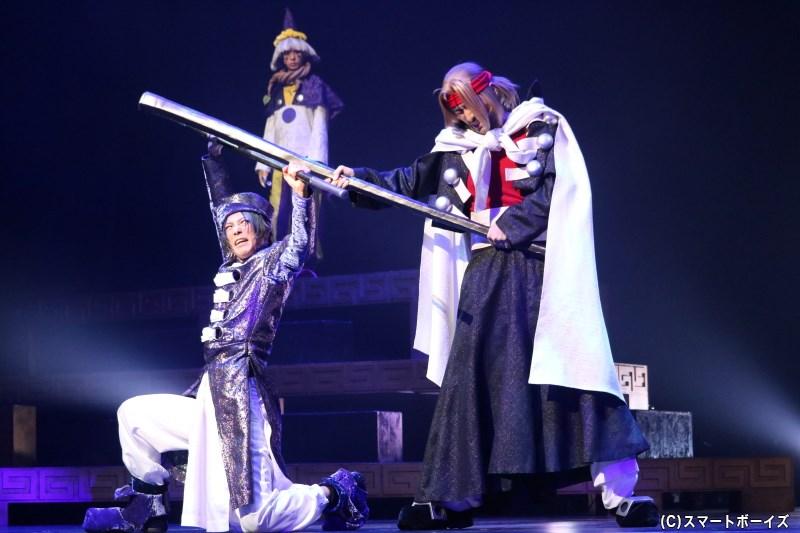 ある事件をきっかけに、紂王(左・瀬戸祐介さん)に仕えていた武成王・黄飛虎(右・高松潤さん)も殷を去ることに