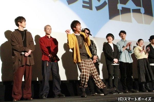 本家のゆーちゃむポーズ。共演者は拍手する中、デビューから見続けているメンバーはほぼほぼスルー