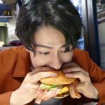 大好物のハンバーガーをガブリと行きます!