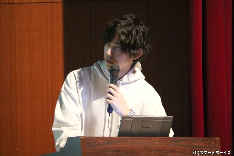 高橋さんが自作のスライドを操作しつつ、撮影当時のことを解説してくれます