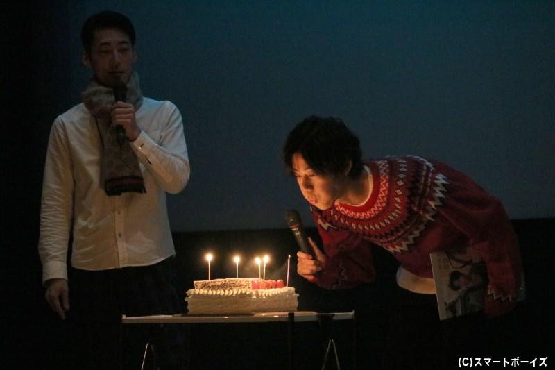 第2部では、大きなバースデーケーキのロウソクを吹き消してみせます
