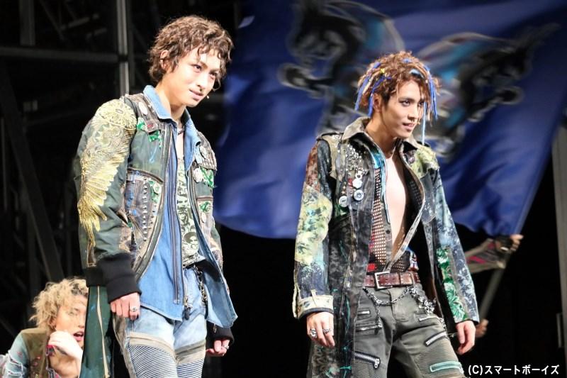 ベンヴォーリオとマーキューシオは、ロミオをキャピュレット家の仮面舞踏会へと連れ出す